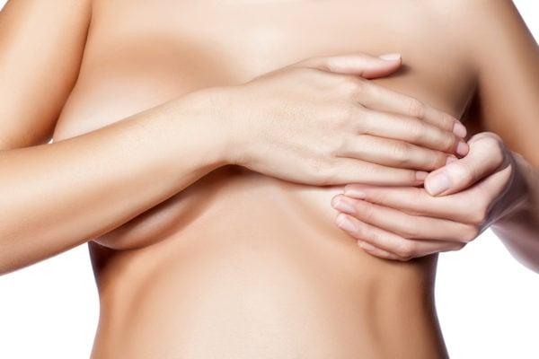 femme enceinte poitrine gonflée et douloureuse